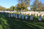 Le Railway Dugouts Burial Ground – La pierre tombale au cimetière du chemin de fer Dugouts Burial Ground situé à environ 3 kilomètres au sud d'Ypres, en Belgique. Qu'il repose en paix. (J. Stephens)