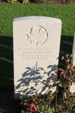 Pierre Tombale – La pierre tombale au cimetière du chemin de fer Dugouts Burial Ground situé à environ 3 kilomètres au sud d'Ypres, en Belgique. Qu'il repose en paix. (J. Stephens 2010)