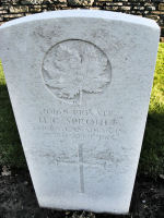 Pierre Tombale – La pierre tombale au cimetière du chemin de fer Dugouts Burial Ground situé à environ 3 kilomètres au sud d'Ypres, en Belgique. Qu'il repose en paix. (J. Stephens)