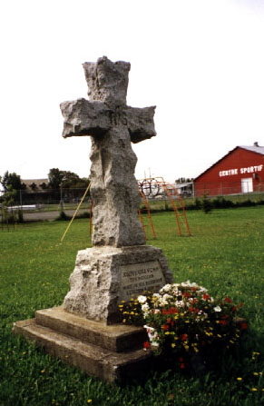 Cross– Ce mémorial croix de granit au devant l'église Saint-Nom-de-Marie au Sayabec, QC est dédié à Joseph Kaeble, VC, MM, John C. Johnson, Louis Piché et Ludger Belliveau. Monuments commémoratifs militaires (INMCMC) 24043-007  LUDGER BELLIVEAU 22ME BN. MORT A L'ACTION 28 AOUT 1918