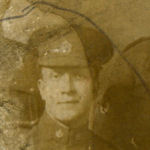 Photo de Harold Pepper – Ma grand-mère (Dorothy Violet Pepper... Potts de son nom de femme mariée) a encerclé Harold Pepper (au centre de la photo). Nous ne savons pas qui sont les hommes à ses côtés. La photo porte la mention « Carte postale » à l'endos. D'après l'histoire transmise de génération en génération, il aurait pris part à la Guerre de 1914-1918, au service de la Croix rouge, et serait mort de ses blessures en secourant les hommes. On signale aussi qu'on aurait remis à sa mère la Croix de Victoria, mais nous ne trouvons aucune source attestant ce fait. Nous croyons qu'il s'agirait d'un autre type de médaille.