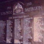 Plaque commémorative  – On rend hommage à Reuben Kentner sur cette plaque commémorative du 3e Bataillon du Central Ontario Regiment. Le numéro matricule correspond à la série attribuée à ce bataillon, dans lequel il servait à l¿époque de son engagement.