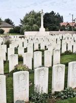 Cimetière – Le Carré British Cemetery Bois situé sur la crête de Vimy à l'extrémité est de la ville de Thélus, France. Le cimetière est à environ 6 kilomètres du Mémorial de Vimy du Canada. (John & Anne Stephens 2013)