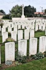 Cimetière – La pierre tombale au cimetière britannique de Bois Carre situé sur la crête de Vimy à l'extrémité est de la ville de Thélus, France. Le cimetière est à environ 6 kilomètres du Mémorial de Vimy du Canada. Qu'il repose en paix. (John & Anne Stephens 2013)