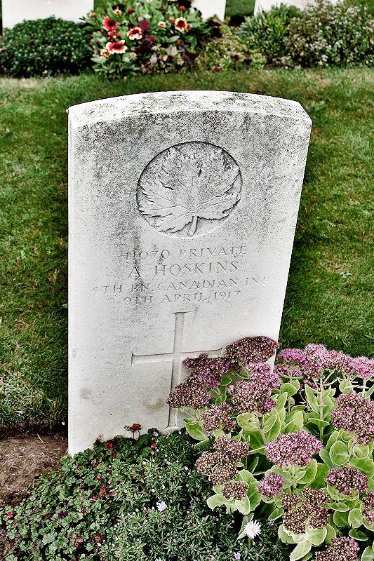Pierre Tombale – La pierre tombale au cimetière britannique de Bois Carre situé sur la crête de Vimy à l'extrémité est de la ville de Thélus, France. Le cimetière est à environ 6 kilomètres du Mémorial de Vimy du Canada. Qu'il repose en paix. (John & Anne Stephens 2013)