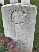 Pierre tombale – La pierre tombale au cimetière britannique de Bois Carre situé sur la crête de Vimy à l'extrémité est de la ville de Thélus, France. Le cimetière est à environ 6 kilomètres du Mémorial de Vimy du Canada. Qu'il repose en paix. (John & Anne Stephens 2013