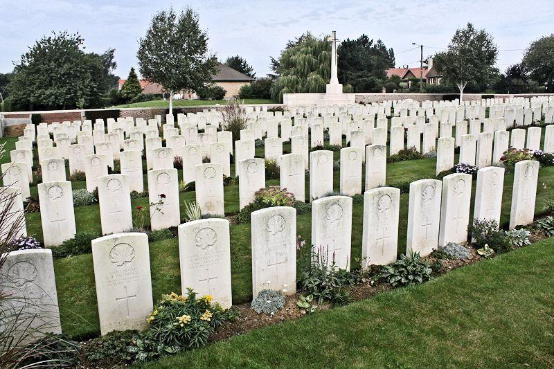 Cimetière – situé sur la crête de Vimy à l'extrémité est de la ville de Thélus, France. Le cimetière est à environ 6 kilomètres du Mémorial de Vimy du Canada. (John & Anne Stephens 2013)