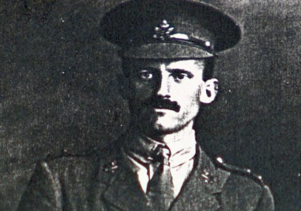 Photo de Robert Powell – Robert Branks Powell  est né le 2 avril 1881. Il est le fils du Dr. Israel et de madame Powel, de Victoria, C.-B.. Il et est mort à 36 ans lors de la bataille de Vimy, le 29 avril 1917 alors qu'il menait son peloton de 50 hommes.