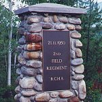 Monument commémoratif – Monument commémoratif sur le site de l'accident ferroviaire de Canoe River.  En novembre 1950, des milliers de soldats furent envoyés à Fort Lewis, Washington, afin de suivre un entraînement en vue de leur séjour en Corée.  Ils s'y rendirent en train.  À 10 h 35, le matin du 21 novembre, un train transportant 340 soldats - des soldats du 2e Régiment, Royal Canadian Horse Artillery - se trouvait à l'est de Canoe River, Colombie-Britannique. Un train rapide filait à toute allure en sens inverse, sur la même voie ferrée. Les deux trains se heurtèrent violemment, face à face. Le train des soldats fut projeté dans les airs, la locomotive se renversa sur les wagons. Les wagons d'acier s'entrechoquèrent dans un véritable enfer.  Dix-sept soldats canadiens furent tués, et les corps de quatre d'entre eux ne furent jamais retrouvés. Nombre de ceux qui échappèrent à la mort subirent d'horribles blessures, y compris de terribles brûlures.  Le sacrifice consenti par les hommes à Canoe River fut aussi important que celui de tous les anciens combattants qui sont morts au service de leur pays. Les hommes qui périrent à Canoe Rover sont morts pour que d'autres puissent vivre en paix et en liberté. Nous leur en serons à jamais reconnaissants.