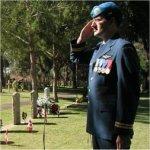 Capitain Dan Zegerac (Aviation Royal du Canada) en train de saluer – Photos prises lors d'une récente cérémonie qui a eu lieu le 1er juillet 2004, au cimetière de Dhykelia British Garrison, commémorant les neuf soldats canadiens qui y sont enterrés et qui ont perdu la vie alors qu'ils participaient aux missions du maintien de la paix des Nations Unies, entre 1964 et 1970.   Voici ceux qui sont enterrrés à Dhekelia : Cavalier Joseph H. Campbell, Royal Canadian Dragoons, décédé le 31 juillet, 1964; lieut. Kenneth E. Edmonds, décédé le 25 décembre 1964, à l'âge de 44 ans; carabinier Perry James Hoare, décédé le 14 août 1965, à l'âge de 25 ans; caporal suppléant Joseph P. Chartier, Canadian Guards, décédé le 14 mars, 1966, à l'âge de 20 ans; soldat Joseph P. E. Bernard, The Black Watch, décédé le 9 juillet 1966, à l'âge de 23 ans; cavalier Lennard Wain Nass, Canadian Hussars, décédé le 27 september 1966, à l'âge de 24 ans; caporal O.J. Redmond, Royal Canadian Regiment, décédé le 10 mars 1967, à l'âge de 35 ans; caporal K.A. Salmon, Canadian Army Provost Corps, décédé le 27 septembre 1967, à  l'âge de 31ans; soldat  T.A. Lerue, décédé le 9 février 1970, à l'âge de 19 ans.
