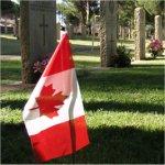 Pierre tombale et le drapeau canadien