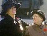 Photo de Groupe – Photo de Ina Galvin, mère de David Galvin, avec Adrienne Clarkson, gouverneure générale du Canada. Ina Galvin a été choisie La Mère nationale de la Croix du Souvenir (Croix d'argent) de 2001.