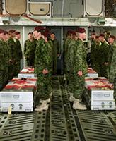 Dernier respects – Des membres du Groupement tactique du 3e Bataillon du Princess Patricia's Canadian Light Infantry (3 PPCLI) présentent leurs dernier respects à leurs camarades à bord d'un avion C-17 des Forces Aériennes des Etats-Unis, ils sont morts lors d'un exercice d'entraînement près de Kandahar en Afghanistan. Les victimes de l¿accident étaient membres du Groupement tactique du 3e Bataillon du Princess Patricia's Canadian Light Infantry (3 PPCLI) basé à Edmonton en Alberta.  Photo par: Cpl Lou Penney, groupement tactique du 3 PPCLI