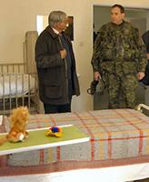 Dédicace – Le Dr Howard Harper (à gauche), le major Jamie Morse et Joe Gooding en tournée de la clinique d'ophtalmologie et pour brûlés Noor, la seule clinique pour enfants brûlés d'Afghanistan, le 5 février 2004 à Kaboul, Afghanistan. L'Agence canadienne de développement international (ACDI) a aidé à financer la nouvelle clinique. Le Dr Howard Harper (à gauche), directeur de la clinique, le major Jamie Morse, commandant adjoint du 3e groupe-bataillon du Royal Canadian Regiment, et M. Joe Gooding, de l'Agence canadienne de développement international (ACDI), font la tournée de la clinique d'ophtalmologie et pour brûlés Noor à Kaboul, Afghanistan. La clinique, partiellement financée par l'ACDI, a été dédiée à la mémoire du caporal Robbie Beerenfenger, un membre de la compagnie de parachutistes du 3e groupe-bataillon du RCR, tué lorsque le véhicule Iltis à bord duquel il se trouvait a heurté une mine le 2 octobre 2003. La clinique est la seule clinique pédiatrique pour brûlés d'Afghanistan. Photo du cplc Brian Walsh.