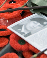 Photo de Robbie Beerenfenger – Le premier ministre, l'honorable Stephen Harper, la gouverneure générale, Son Excellence, la très honorable Michaëlle Jean, le Général Rick Hillier, Chef d'état-major de la Défense, et madame Wilhelmina Beerenfenger-Koehler, Mère de la Croix d'argent ayant perdu son fils le Caporal Robbie Christopher Beerenfenger, mort à Kabul, en Afghanistan, le 2 octobre 2003, étaient les invités d'honneur. Ils sont venus déposer des couronnes au pied du Monument commémoratif de guerre, à Ottawa, le 11 novembre 2007.  Les visiteurs de partout au Canada ont déposé des coquelicots sur la Tombe et rendu hommage aux soldats en service et aux soldats morts au combat. Une photo de soldat Mark Anthony Graham, un soldat canadien mort au combat, est sur la Tombe du Soldat inconnu. Photo : Caporal Marcie Lane, services photographies de l'USFC(O).