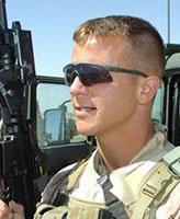 Photo 5 de Randy Joseph Payne – Cpl Randy Payne membre de l'équipe de protection rapprochée, affecté auprès du commandant du commandement régional sud, le brigadier-général David Fraser, assurant la garde lors d'une pause au cours d'une ronde de patrouille dans la province de Kandahar.  Photo prise par le caporal Robin Mugridge Force opérationnelle Afghanistan Roto 1 Technicien en imagerie Caméra de combat MDN