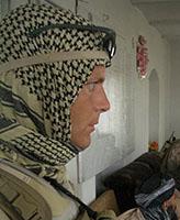 Photo 10 de Randy Payne – Randy assistant à une shura tout en gardant un oeil sur les environs.