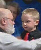 Tristan, fils de Randy Payne – Fils du caporal Randy Payne, Tristan âgé de 7 ans, qui a lu Footprints in the Sand à l'occasion de la messe des funérailles de son père.