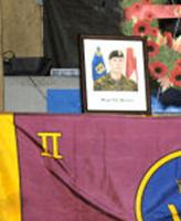 Monument – Un monument commémoratif temporaire a été érigé au camp Nathan Smith pour le service commémoratif célébré en l'honneur du Caporal Timothy Wilson et du Caporal Paul Davis le 6 mars 2006. Le Caporal Davis est décédé des blessures subies lors du renversement d'un véhicule le 2 mars 2006; le Cplc Wilson est décédé le 5 mars 2006 des blessures qu'il avait subies au cours du même incident. Photographie : Sgt Roxanne Clowe, Caméra de combat des Forces canadiennes.