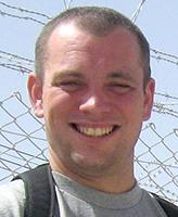 Photo de Jason Warren – Le Caporal Jason Patrick Warren du Black Watch (Royal Highland Regiment) of Canada, basé à Montréal, est l'un des deux soldats canadiens tués le 22 juillet 2006 lorsqu'un kamikaze a embouti un véhicule rempli d'explosifs dans son convoi à environ cinq kilomètres à l'ouest de la ville de Kandahar, sur la route 1. Le Caporal Warren se déplaçait dans un convoi de soutien au combat qui revenait au terrain d'aviation de Kandahar à la suite d'opérations réussies dans les provinces de Helmand et de Kandahar. Huit autres soldats canadiens ont été blessés au cours du même incident.