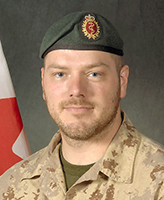 Photo de Nicolas Beauchamp – Le Caporal Nicolas Beauchamp a été tué le 17 novembre 2007 quand son véhicule, un LAV III, a roulé sur un dispositif explosif de circonstance. L'incident est survenu vers midi, heure de Kandahar, à quelque 40 km à l'ouest de la ville, dans le secteur de Ma'Sum Ghar. Âgé de 28 ans, le Caporal Beauchamp était membre de la 5e Ambulance de campagne, Valcartier, Québec. Photo : Banque d'images des Forces canadiennes