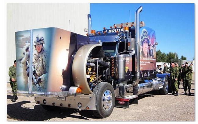 – Camion de transport peint par Raynald Bouthillier en hommage à son fils, le soldat Jack « Bouts » Bouthillier, tué en Afghanistan en 2009. Photo : Ministère de la Défense nationale.