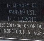 En mémoire du gendarme D J Larche – Plaque commémorative sur la porte du colombarium érigée à l'intérieur de l'arche du souvenir. Photo gracieuseté de www.rcmpgraves.com