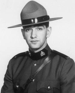 Gendarme Lindberg Bruce Davis – © Sa Majesté la Reine du chef du Canada représentée par la Gendarmerie royale du Canada