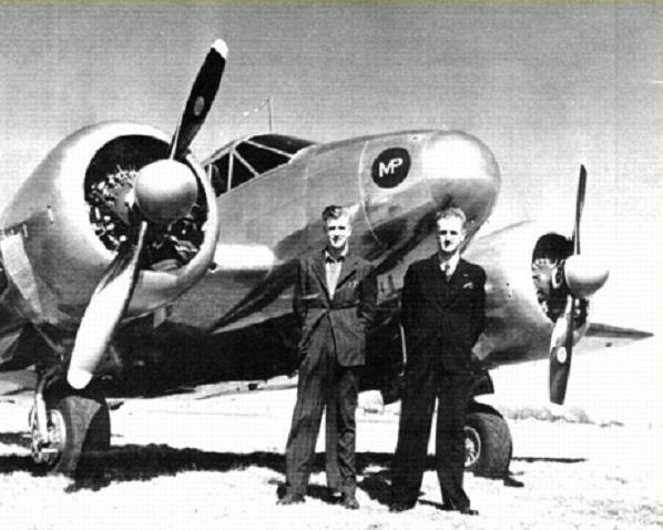 Sergent d'état-major Stanley Samuel Rothwell – Le gendarme auxiliaire Stewart (à gauche) et le sergent d'état-major Stanley Samuel Rothwell. Wichita, au Kansas, 1946.