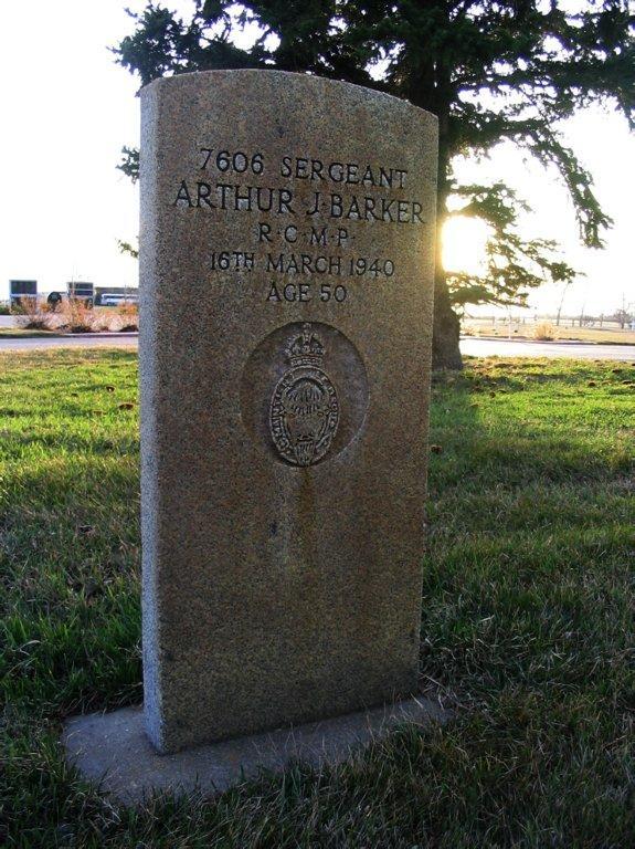Inscription sur la stèle funéraire – © Sa Majesté la Reine du chef du Canada représentée par la Gendarmerie royale du Canada