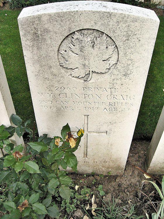 Pierre Tombale – La pierre tombale au cimetière militaire La Chaudière situé au pied de la crête de Vimy, très près de la ville de Vimy, en France. Le cimetière se trouve à 13 kilomètres au nord d'Arras, en France. Qu'il repose en paix. (John & Anne Stephens 2013)