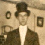 3e photo de Bernard Hall – Bernard en son habit de cavalier.