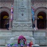 Monument commémoratif – La plaque commémorative des employés de la ville de Toronto est située à l'entrée du Old City Hall, rue Queen. Le nom du Sdt Horrell est inscrit sur la plaque.
