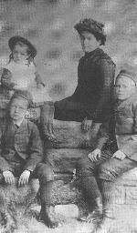 Photo de la famille McCrae – John McCrae à gauche, avec sa mère, son frère Tom et sa soeur Geills (photo : Maison McCrae)