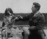 Bonneau – John McCrae et son chien Bonneau en France (photo : Archives nationales du Canada, C46284).  Bonneau était un autre de ses compagnons et avait aussi été victime de guerre, qui avait adopté John McCrae comme son meilleur ami.