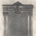 Plaque commmemorative – Plaque servant à commémorer les avocats et les étudiants, membres du barreau de l¿Alberta, qui sont morts au cours de leur service lors de la Première Guerre mondiale.