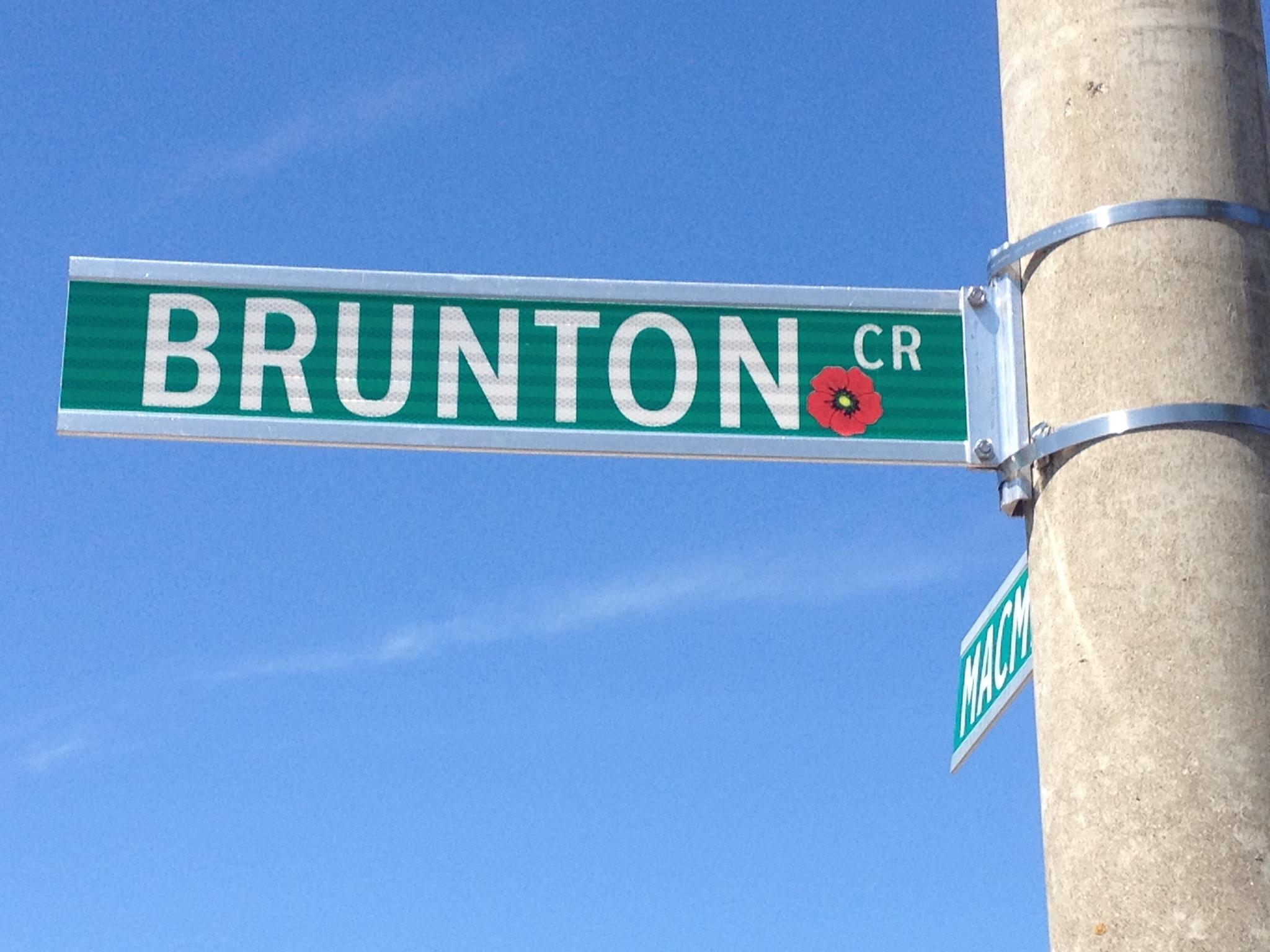 Panneau de rue – Barrie street named in honour of Private Gilbert Brunton with poppy.